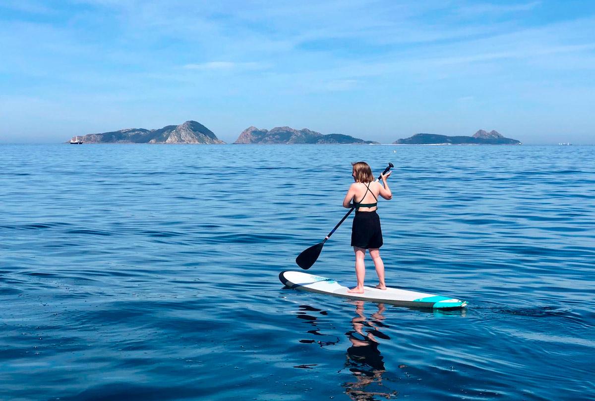 Paddle surf en Patos, Nigrán con las islas cíes de fondo
